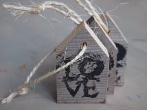 stoer sloophouten huisje met de tekst LOVE.