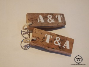 Sleutelhangers van sloophout bedrukt met naam of letters