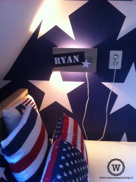Op deze sterrenkamer in blauw en wit, mocht deze wandlamp zeker niet ...