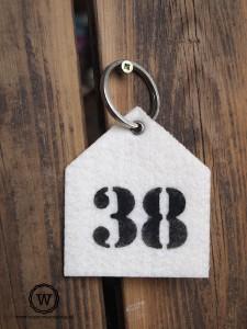 sleutelhanger-wit-vilt-huisnummer