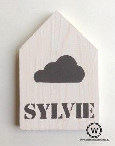 houten huisje met naam en wolk