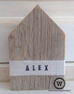 huis steigerhout met naam wit lint